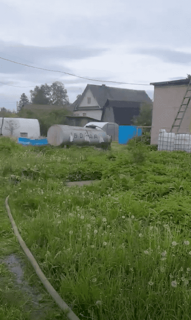 Процесс доставки воды в колодец в село Ленинградской области